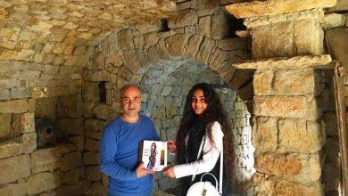 صورة الشاعرة لودي شمس الدين في ضيافة غاندي بوذياب رئيس جمعية كهف الفنون