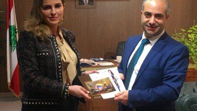 صورة وزيرة الاعلام تستقبل بمكتبها الفنان غاندي بوذياب رئيس جمعية كهف الفنون